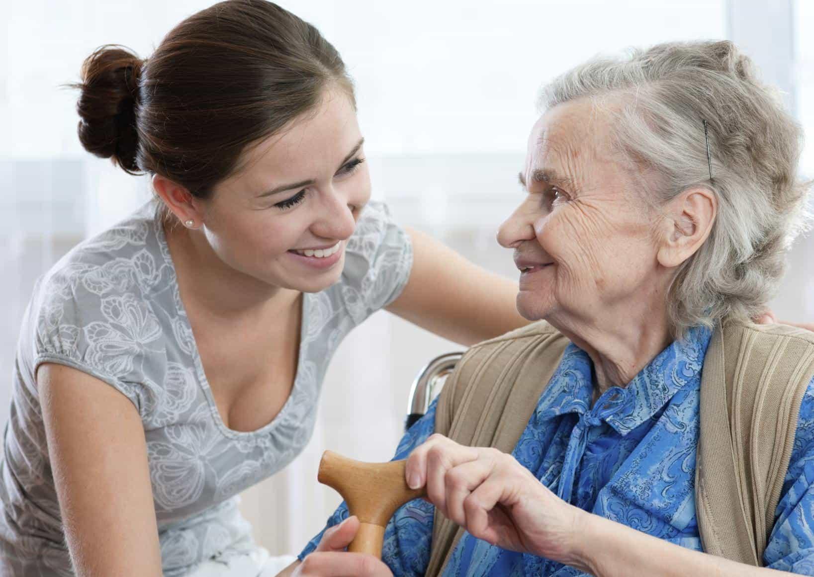 personas mayores en familia